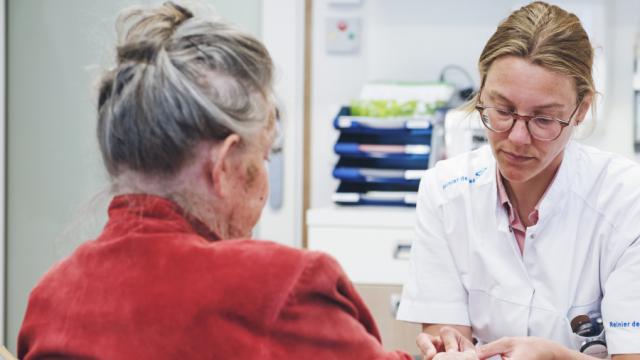 arts behandelt patiënt in spreekkamer