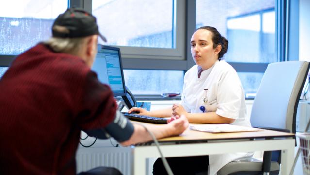 Arts en patiënt in spreekkamer