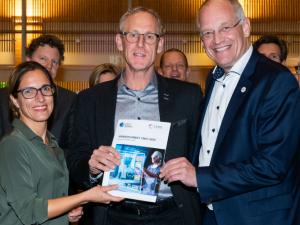 Overhandiging visiedocument CMIO 2025 aan Erik Gerritsen