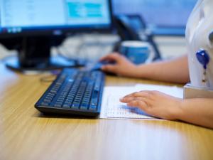 Arts achter computer