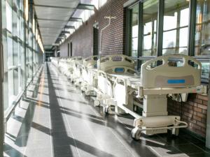 Ziekenhuisgang met bedden