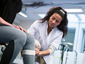 arts behandelt patiënt met knieklachten